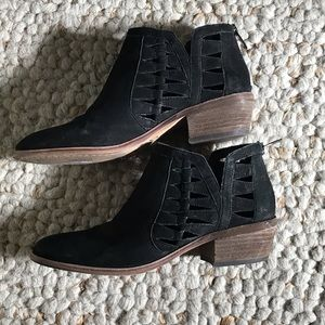 Vince Camuto adorable leather zip booties
